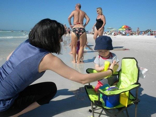Người đàn ông này mặc đồ tắm của phụ nữ ra biển?