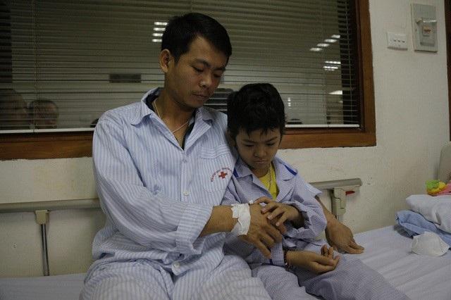 Như báo điện tử Dân trí đã đăng tin, hai bố con anh Vũ đều bị ung thư máu hiện đang điều trị tại Viện huyết học truyền máu TW.