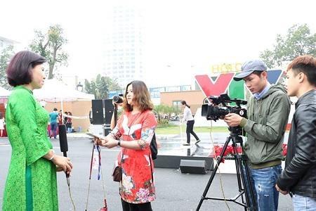 Sinh viên Cao đẳng Truyền hình tác nghiệp tại sự kiện của Đài Truyền hình Việt Nam
