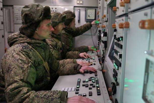Các binh sĩ điều khiển tổ hợp phòng không S-400. (Ảnh: Getty)