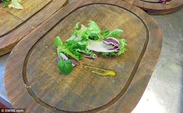 Cận cảnh một chiếc đĩa gỗ được sử dụng tại nhà hàng.