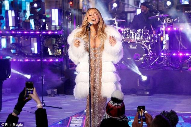 """Diva nhạc pop lựa chọn trình diễn hai bản hit """"Vision of Love"""" và """"Hero""""."""