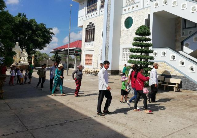 Trời nắng nóng nhưng nhiều du khách vẫn vui vẻ, thoải mái đi tham quan du lịch.
