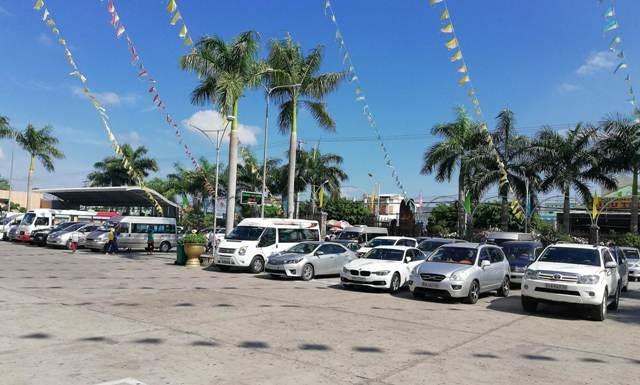 Nhiều xe ô tô của du khách đậu kín trong khu vực sân Thánh đường Tắc Sậy.