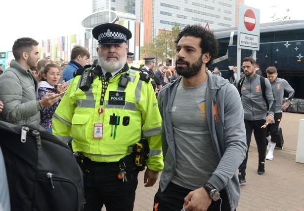 Nhân viên cảnh sát theo sát Salah để đảm bảo tiền đạo người Ai Cập không bị làm phiền
