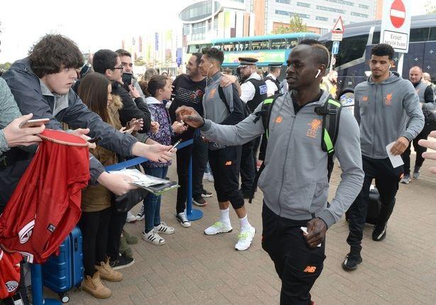 Sadino Mane đã đi cùng các cầu thủ Liverpool. Tiền đạo người Senegal đã vắng mặt trong trận đấu cuối tuần qua khi Liverpool hòa 0-0 trước Stoke