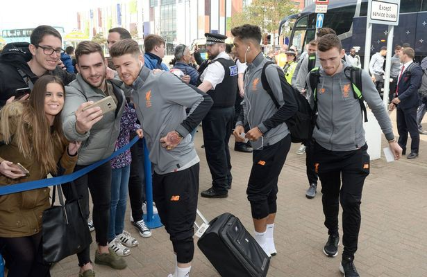 Các cầu thủ của Liverpool vẫn giao lưu như ký tặng hay chụp hình cùng người hâm mộ