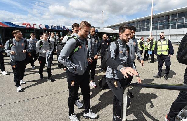 Toàn đội Liverpool lên máy bay. Trận đấu giữa Roma và Liverpool sẽ diễn ra vào lúc 1h45 ngày 3/5/2018
