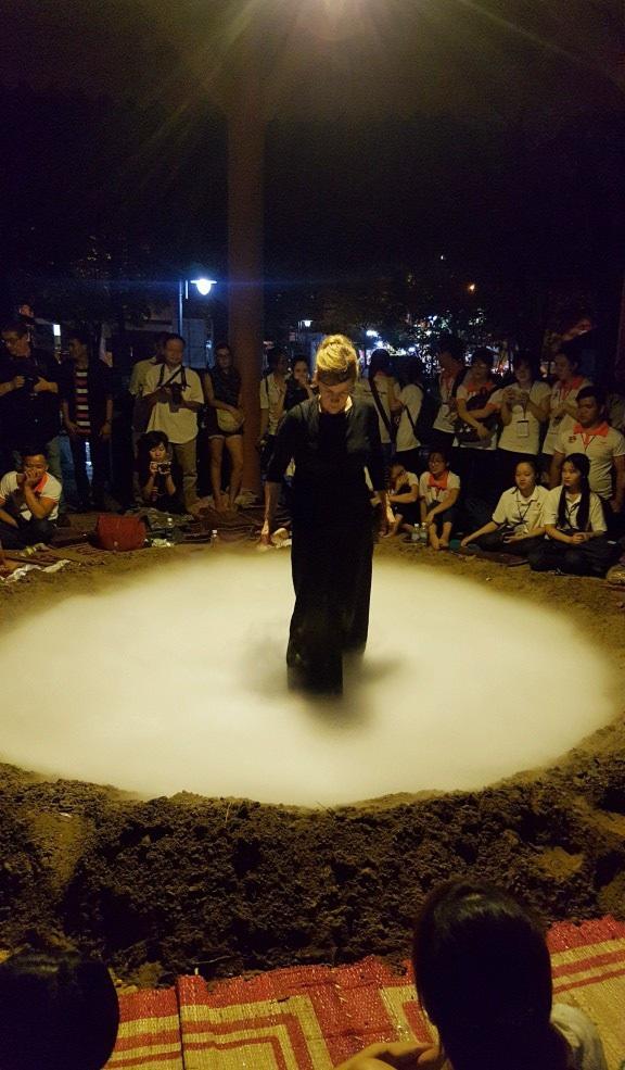 """Xuất hiện… """"miệng núi lửa"""" tại Festival Huế - 11"""