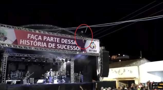 Anh Daniel (32 tuổi) đã qua đời ngay sau cú nổ điện. Trước đó, anh đã trèo lên mái sân khấu của sự kiện ca nhạc tổ chức ở khu đô thị Natuba, miền đông bắc Brazil.