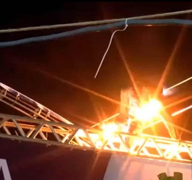 Khán giả thiệt mạng vì… trèo lên nóc sân khấu - 3