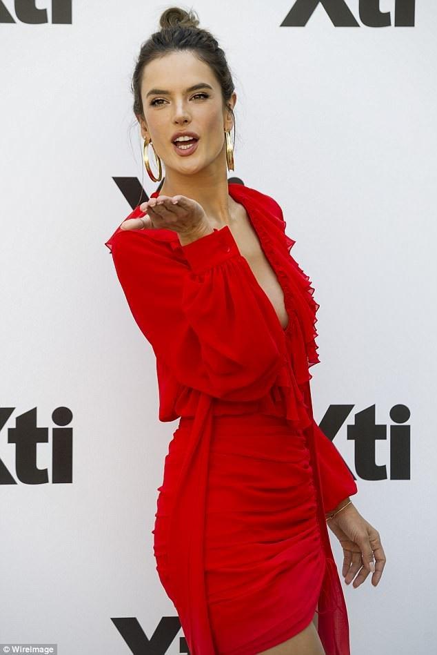 Cựu siêu mẫu Victorias Secret trẻ trung và tươi tắn với váy đỏ gợi cảm