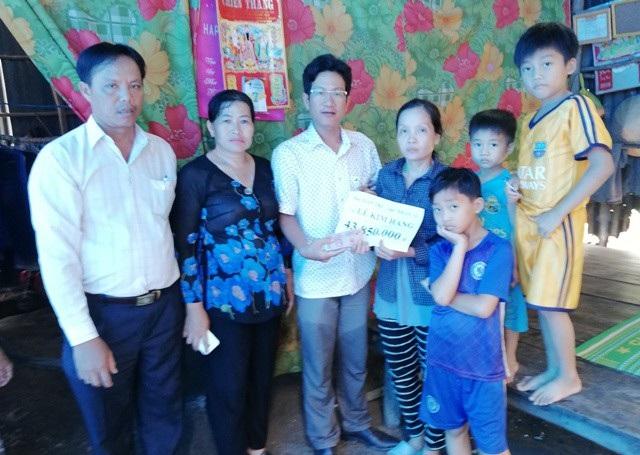 PV Dân trí trao trực tiếp số tiền 43.850.000 đồng cho gia đình chị Lê Kim Hằng.