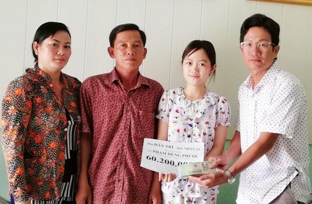 PV Dân trí trao 60.200.000 đồng tiền bạn đọc hỗ trợ cho gia đình anh Phạm Hùng Phước.