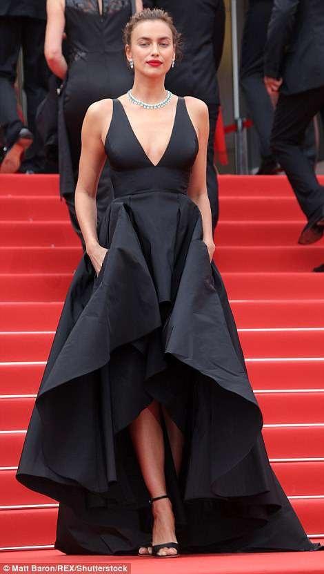 Irina Shayk sải bước trên thảm đỏ của LHP Cannes 2018, ngày 9/5 trong ngày ra mắt bộ phim Yomeddine.