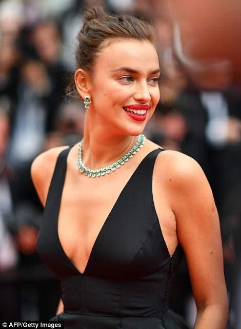 Irina vắng mặt trong kỳ Cannes năm ngoái vì bận mang bầu và sinh con. Sau một năm kể từ khi con gái chào đời, siêu mẫu người Nga đã tái xuất gợi cảm và quyến rũ.