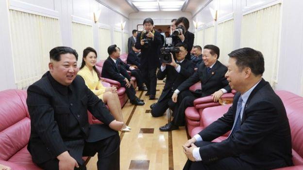 Ông Kim Jong-un cùng phu nhân và các quan chức Triều Tiên ngồi trong đoàn tàu tới Trung Quốc (Ảnh: KCNA)
