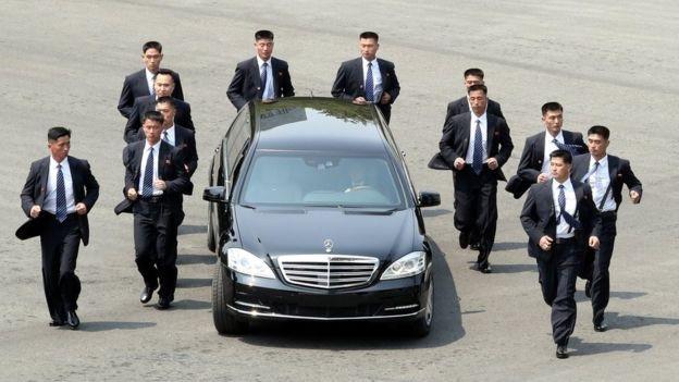 12 vệ sĩ chạy theo xe chở ông Kim Jong-un tại làng đình chiến - nơi diễn ra hội nghị thượng đỉnh liên Triều hồi tháng 4 (Ảnh: BBC)