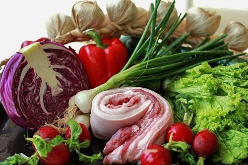 Thịt tươi ngon phải có độ rắn chắc, đàn hồi cao, khi lấy ngón tay ấn vào thịt không để lại vết lõm, khi bỏ ngón tay ra và không bị dính.