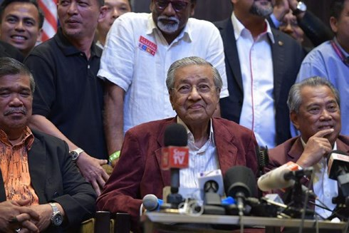 Ngay sau khi kết quả được Uỷ ban Bầu cử Malaysia xác nhận, cựu Thủ tướng Mahathir Mohamad đã tổ chức họp báo và tuyên bố thắng lợi.