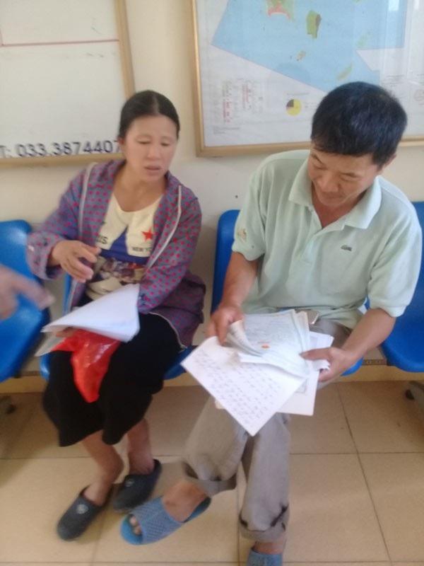 Vợ chồng anh Hà chờ đợi để làm thủ tục cả tuần khi sang nhượng đất cho con nhưng không được.