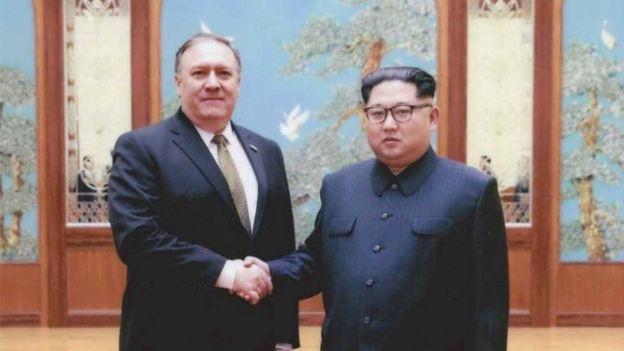 Ngoại trưởng Mike Pompeo và nhà lãnh đạo Kim Jong-un (Ảnh: Reuters)