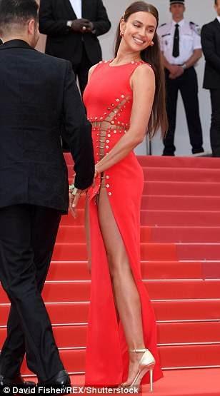 """Irina Shayk táo bạo """"bỏ quên nội y"""" trên thảm đỏ Cannes - 14"""