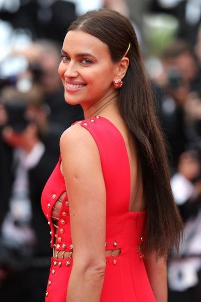 """Irina Shayk táo bạo """"bỏ quên nội y"""" trên thảm đỏ Cannes - 9"""