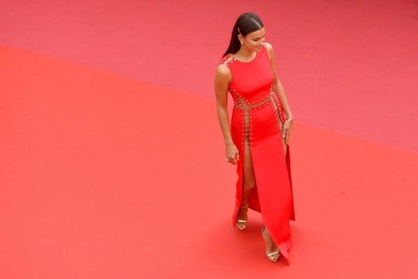 """Irina Shayk táo bạo """"bỏ quên nội y"""" trên thảm đỏ Cannes - 10"""