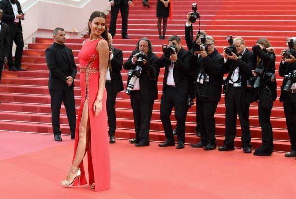 """Irina Shayk táo bạo """"bỏ quên nội y"""" trên thảm đỏ Cannes - 11"""