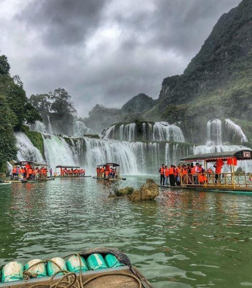 Hiện nay, ở thác Bản Giốc có dịch vụ chèo thuyền giúp du khách chiêm ngưỡng vẻ đẹp hùng vĩ của thác nước ở góc độ gần. Ảnh: @grandpasox