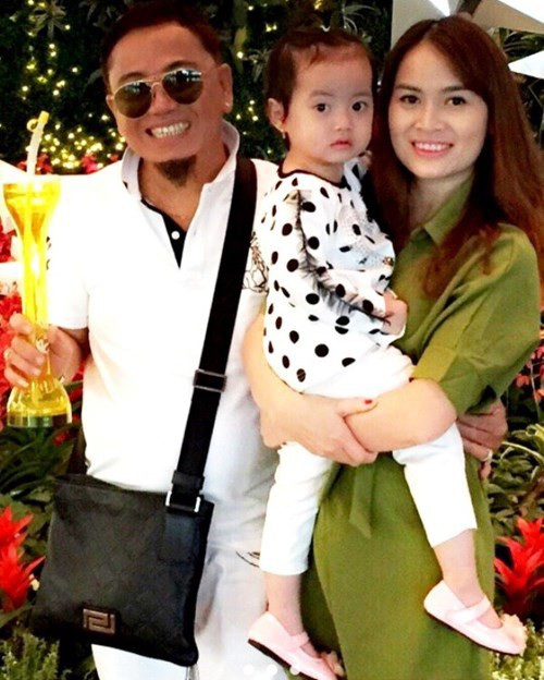 Danh hài Hồng Tơ cùng vợ và con gái.