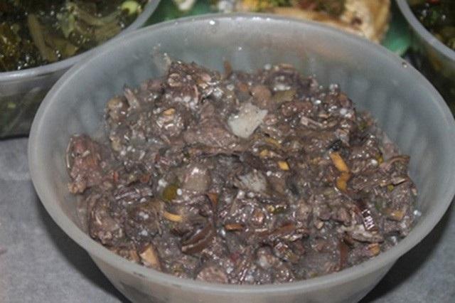 Thịt treo trong thời gian ít nhất 10 ngày để xuất hiện mùi thối đặc trưng. Ảnh: Hiệp Nguyễn