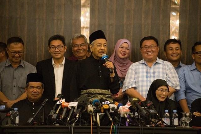 Ông Mahathir đã trở thành thủ tướng thứ 7 trong lịch sử quốc gia Đông Nam Á và cũng là thủ tướng nhiều tuổi nhất thế giới khi nhậm chức ở tuổi 92. (Ảnh: AAP)