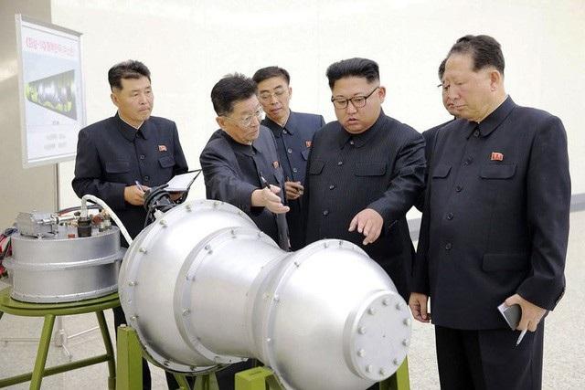 Nhà lãnh đạo Triều Tiên Kim Jong-un thị sát vật thể được cho là đầu đạn tên lửa (Ảnh: Reuters)