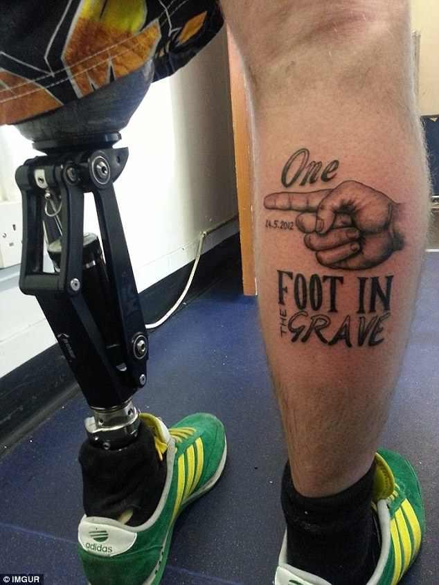 """Trong chương trình, Gareth tiết lộ rằng anh đã thực hiện hình xăm """"Một chân nằm trong mộ"""" trên chân phải sau khi bị mất đi bên chân trái."""