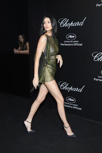 Kendall Jenner diện trang phục xuyên thấu