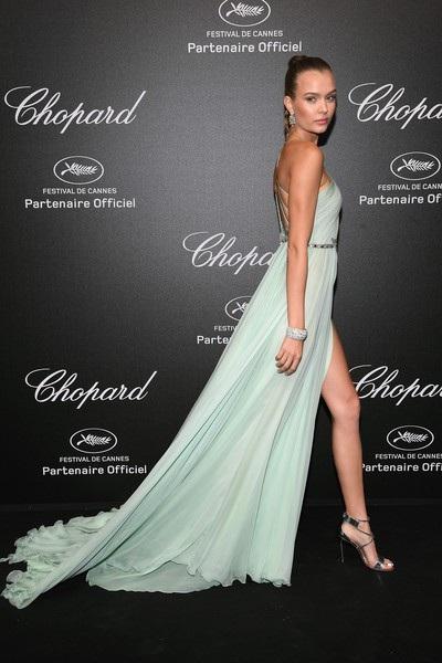 Josephine Skriver diện váy xanh mát mắt