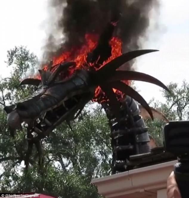 Phần đầu rồng của con robot kim loại bốc cháy dữ dội.