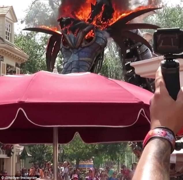 """Robot hình rồng này được thực hiện lấy cảm hứng từ rồng của tiên hắc ám Maleficent trong câu chuyện cổ tích """"Công chúa ngủ trong rừng"""" và là một phần trong trưng bày """"Vương quốc phép thuật"""" tại công viên."""