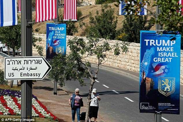 Biểu ngữ ủng hộ quyết định của ông Trump trên đường phố Jerusalem (Ảnh: Getty)