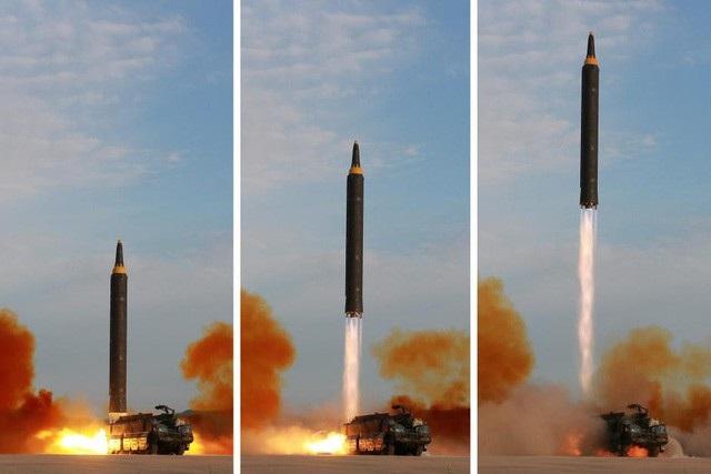 Triều Tiên phóng tên lửa Hwasong-12 ngày 15/9/2017 (Ảnh: Reuters)