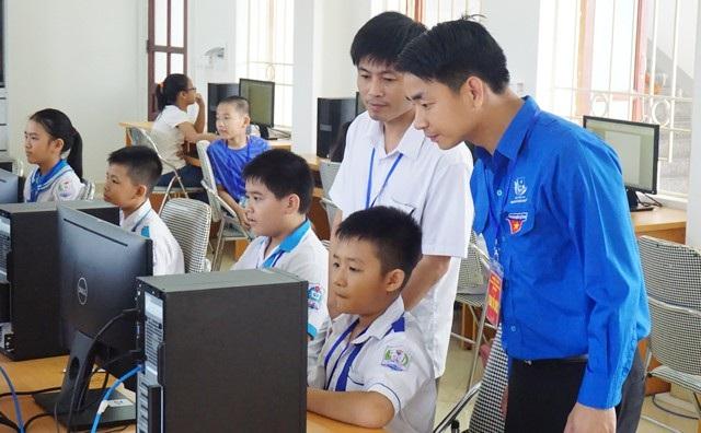 Các thành viên Hội đồng thi kiểm tra thiết bị trước khi thí sinh chính thức bước vào tranh tài