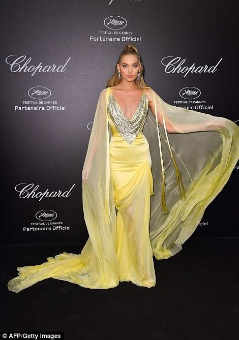 Elsa Hosk nổi bật trong bộ váy vàng