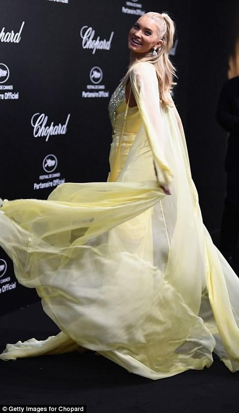 Dàn siêu mẫu nội y cuốn hút với váy xẻ bạo - 19