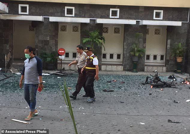 Cảnh sát trưởng Đông Java Machfud Arifin cho biết cuộc điều tra sơ bộ cho thấy các vụ tấn công do những kẻ đánh bom liều chết thực hiện và chúng đã sử dụng các xe máy và xe ô tô riêng để hành động. (Ảnh: AP)