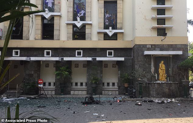Cơ quan tình báo Indonesia nghi ngờ các vụ tấn công này do một nhóm được truyền cảm hứng từ tổ chức Nhà nước Hồi giáo tự xưng (IS) thực hiện. Indonesia, quốc gia có đông dân Hồi giáo nhất thế giới, đã chứng kiến sự nổi dậy của các phiến quân Hồi giáo trong những tháng gần đây. (Ảnh: AP)