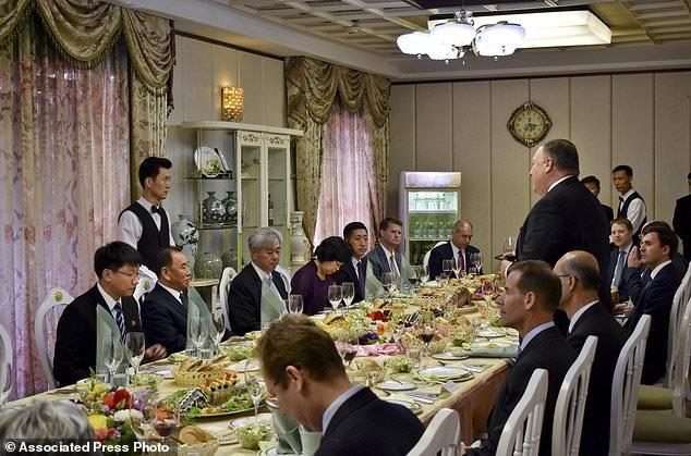 Ngoại trưởng Pompeo (đứng) dự tiệc cùng các quan chức Triều Tiên (Ảnh: AP)