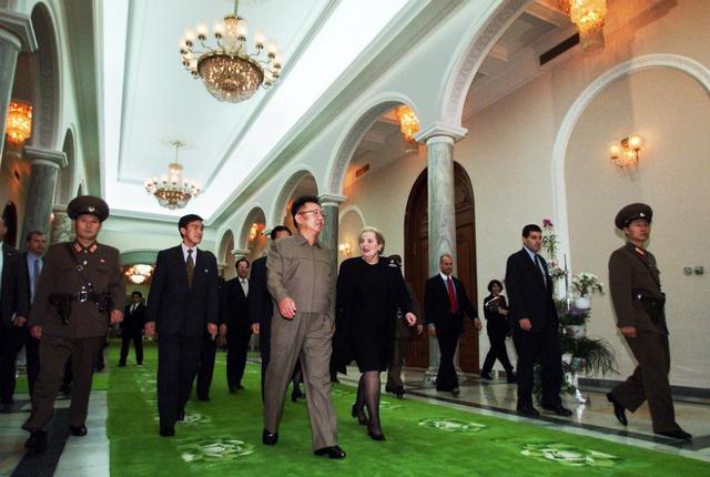 Cố lãnh đạo Kim Jong-il đón cựu Ngoại trưởng Abright tại Bình Nhưỡng năm 2000 (Ảnh: NYT)