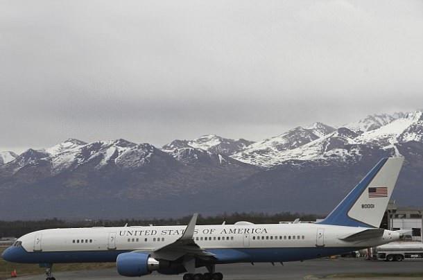 Máy bay chở Ngoại trưởng Mỹ Mike Pompeo tới Triều Tiên (Ảnh: AP)